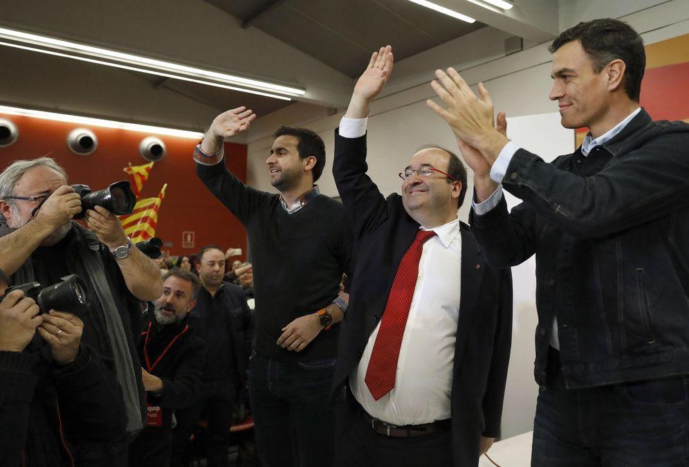 Foto: Miquel Iceta, junto con Pedro Sánchez y Pol Gibert, candidato del PSC por Barcelona, este 13 de diciembre en Sabadell. (EFE)