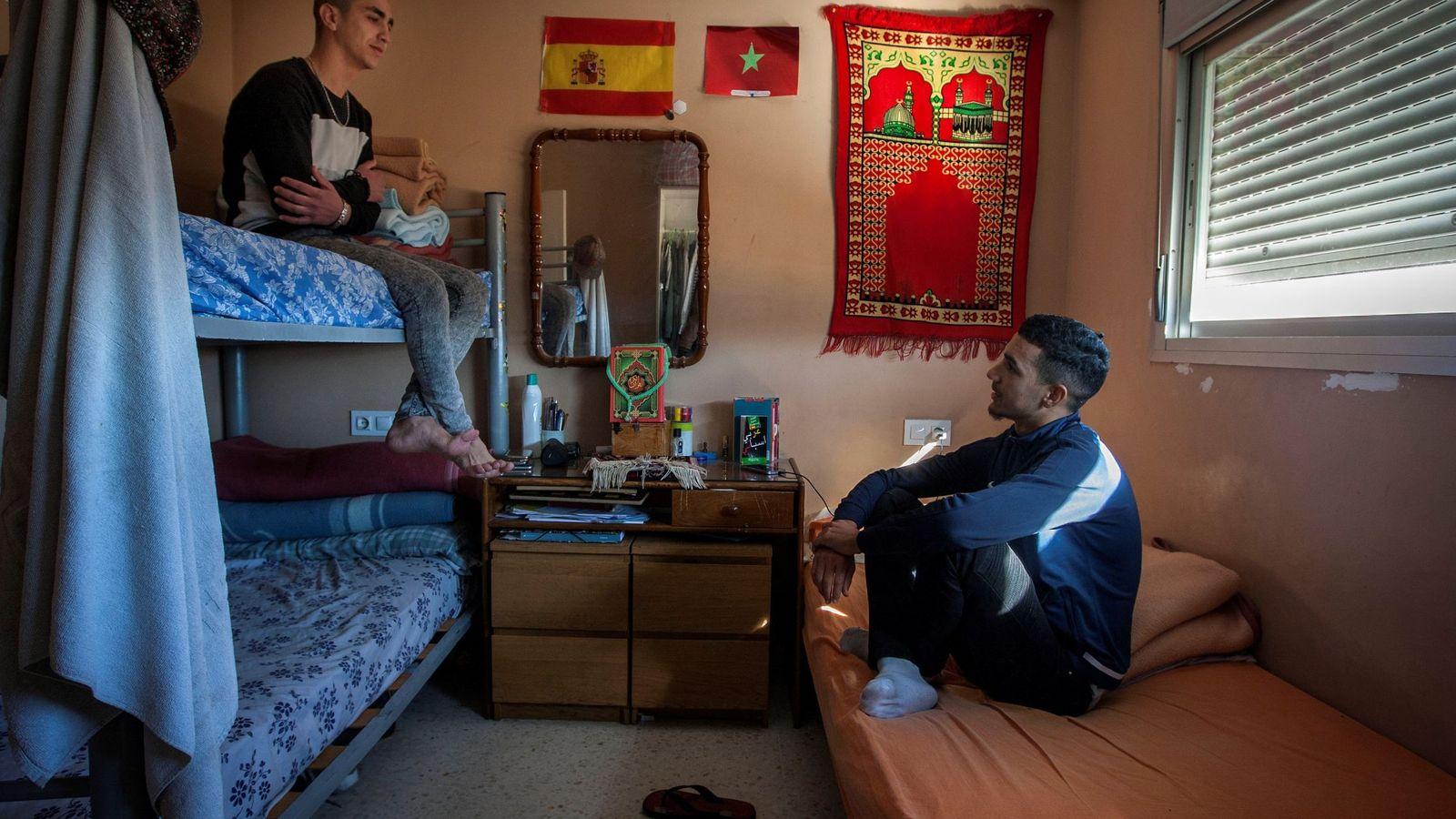 """Foto: Inmigrantes que tras cumplir la mayoría de edad han dejado el centro de acogida para trasladarse a un piso gestionado por la ONG """"Voluntarios por otro mundo"""". (EFE)"""