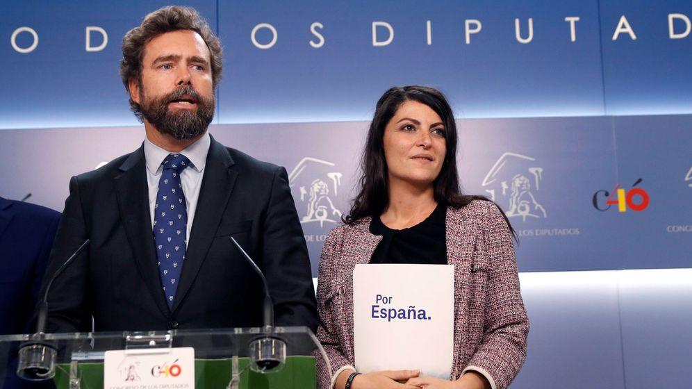 Foto: El representante de Vox en el Congreso Iván Espinosa de los Monteros (i), junto a la diputada de la formación Macarena Olona (d). (EFE)