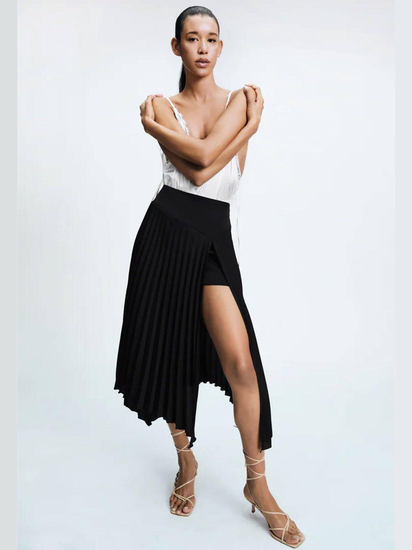 Falda pantalón de corte midi de Zara. (Cortesía)