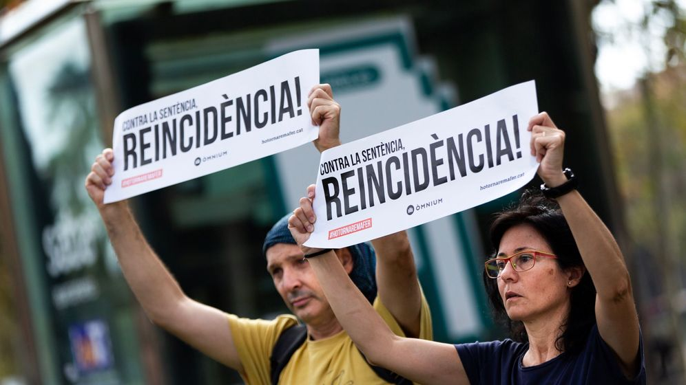 Foto: Dos personas participan en un acto organizado por Omnium Cultural ante el Tribunal Superior de Justicia de Cataluña en protesta por la sentencia del 'procés'. (EFE)