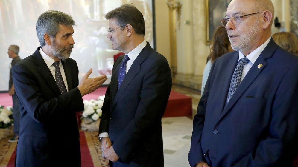 Foto: El ministro de Justicia, Rafael Catalá, conversa con el presidente del Tribunal Supremo y del CGPJ, Carlos Lesmes, ante José Manuel Maza. (EFE)