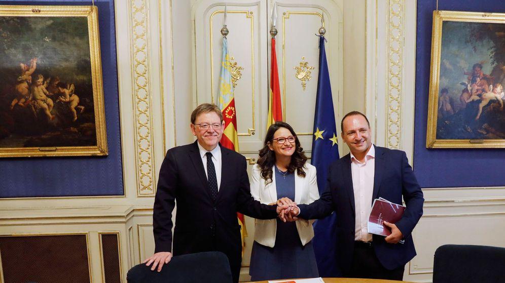 Foto: Ximo Puig (PSPV), Mónica Oltra (Compromís) y Martínez Dalmau (Podemos), en las Cortes Valencianas. (EFE)