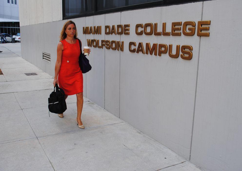 Foto: Carmen Chacón, entrando en la Universidad