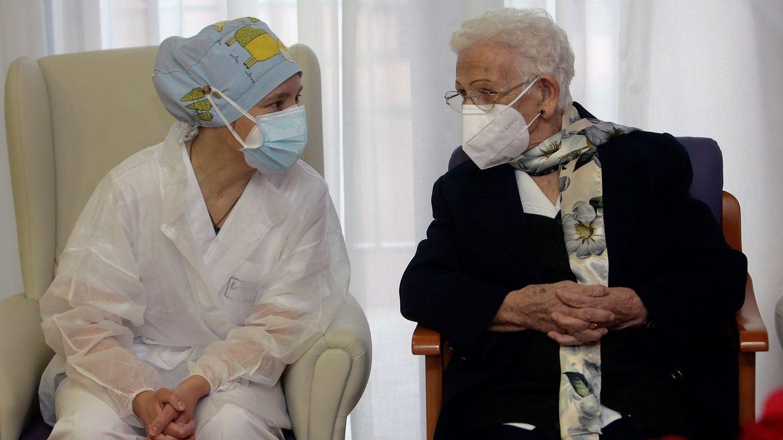 Foto: Mónica (i) y Araceli (d), las dos primeras españolas en recibir la vacuna del covid. (EFE)