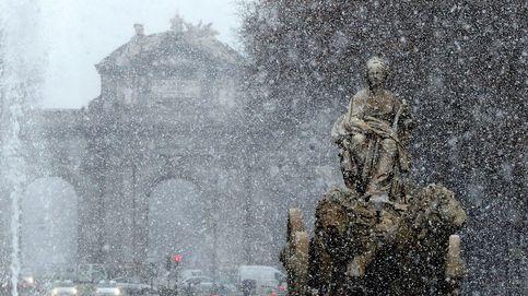Madrid salva el caos de la primera nevada y aguanta la respiración ante una noche gélida