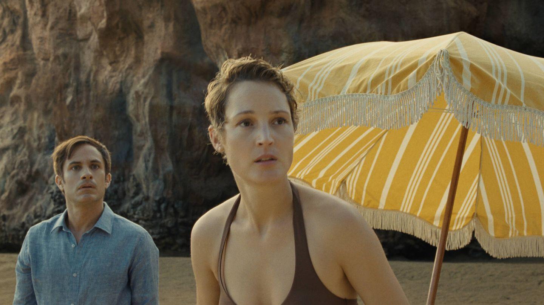 Gael García Bernal y Vicky Krieps, en 'Tiempo'. (Universal)
