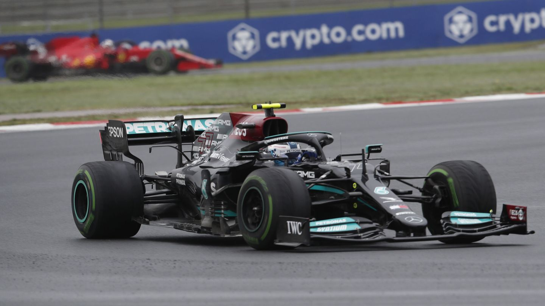 Bottas mantiene a Verstappen a raya.