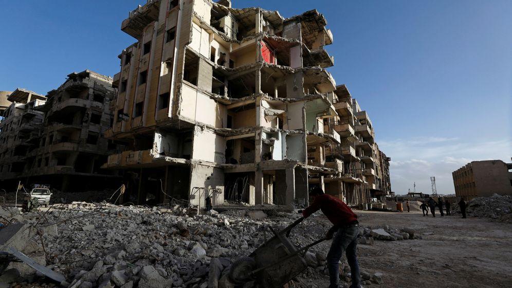Foto: Trabajadores en una obra en una ciudad siria. (Reuters)