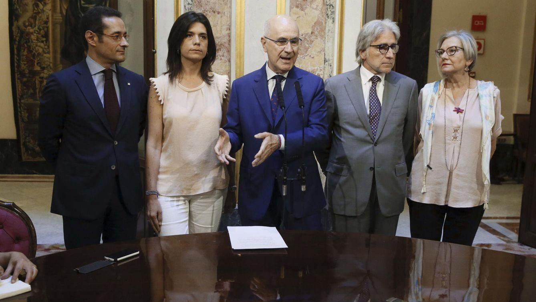 Josep Antoni Duran Lleida (c), junto a Josep Sánchez Llibre (2d), Concepció Tarruella (d), Montserrat Surroca (2i) y Antoni Picó (i). (EFE)