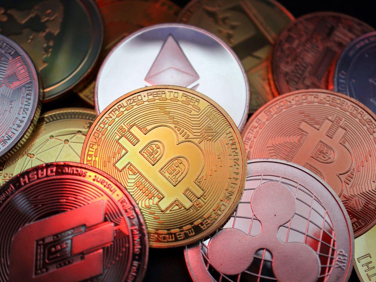 Foto: Representaciones de criptomonedas, incluyendo Bitcoin, Dash, Ethereum, Ripple y Litecoin. (Reuters)