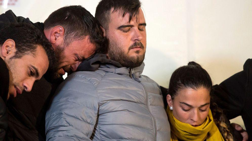 Foto: Los padres de Julen, anoche, en la vigilia por su hijo, en Totalán. (EFE)
