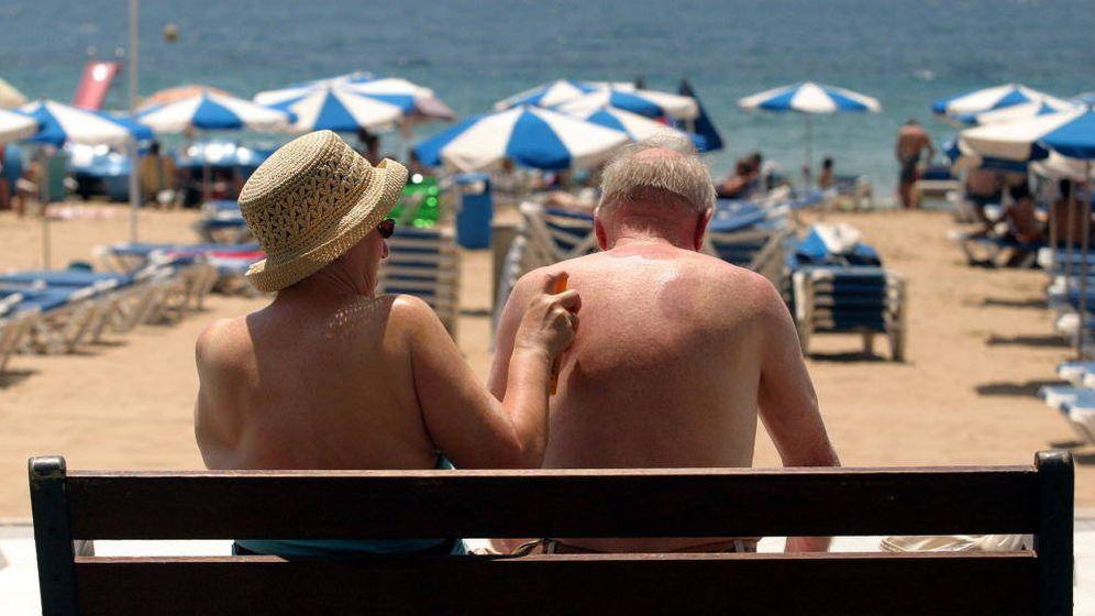 Foto: Una pareja de turistas se echa crema en Benidorm. (EFE)