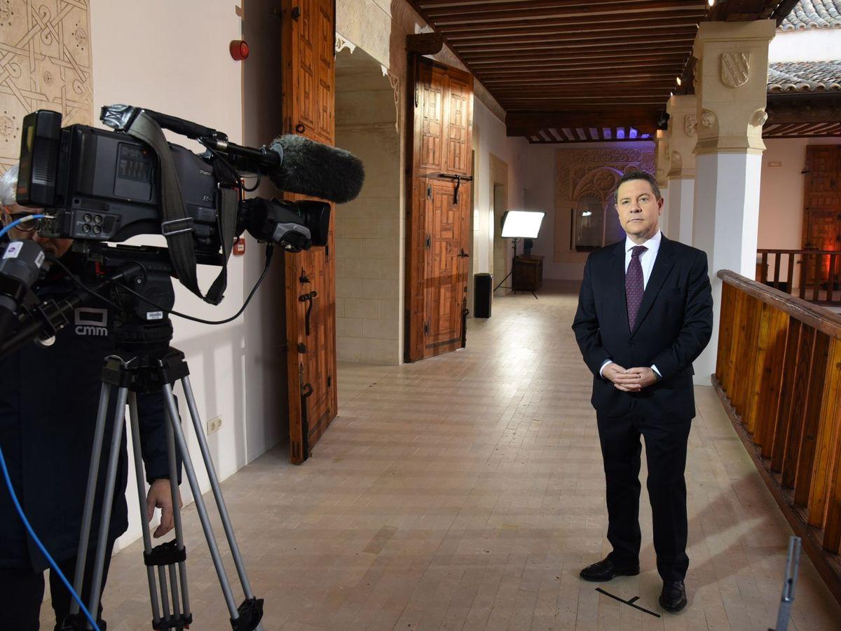 Foto: Emiliano García-Page, presidente de Castilla-La Mancha, durante la grabación del mensaje de Año Nuevo, el 31 de diciembre en Toledo. (EFE)