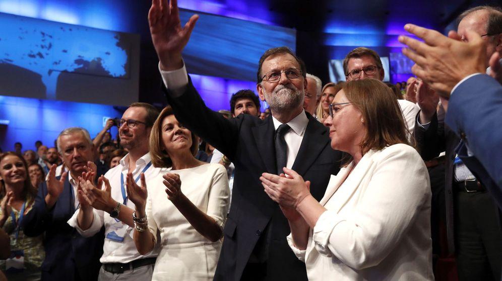 Foto: El expresidente del Gobierno, Mariano Rajoy, junto a su esposa, Elvira Fernández Balboa, y la secretaria general del PP, María Dolores de Cospedal, tras finalizar su intervención en el congreso del PP. (EFE)
