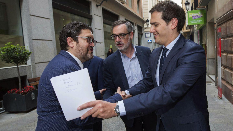 Miguel Sánchez (i) no repetirá como cabeza de lista para la presidencia de Murcia. (EFE)