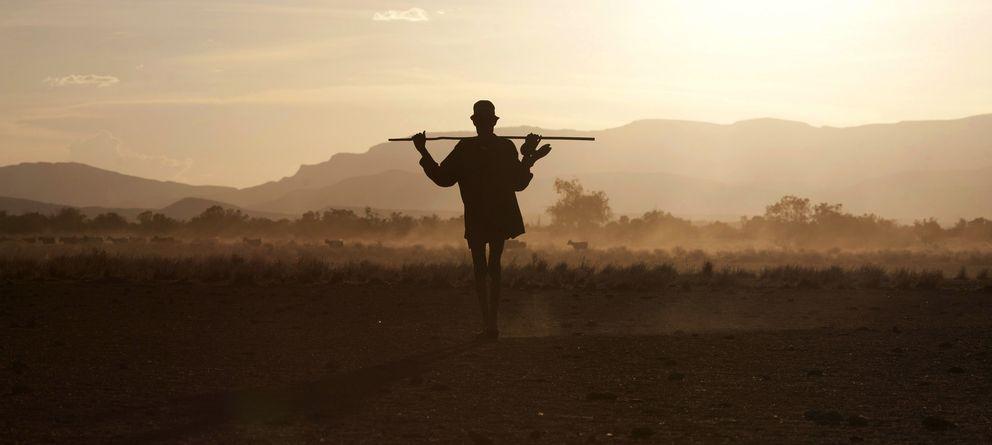 Foto: Un hombre camina por la región fronteriza de Kenia del Triángulo de Ilemi. Es un turkana, una tribu de pastores nómadas (Reuters).