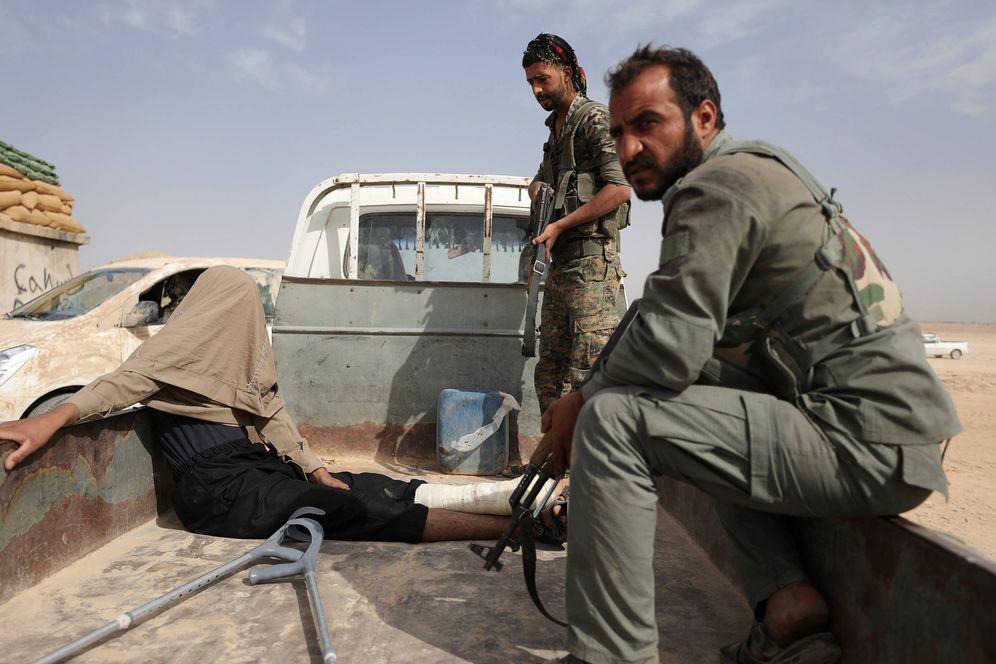 Foto: Combatientes kurdos de las SDF tras detener a un miembro del ISIS al norte de Deir al Zor, Siria. (Reuters)