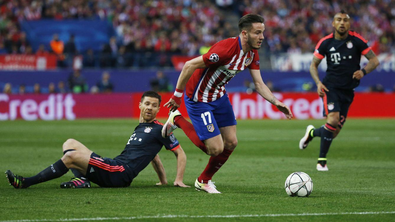 Foto: Saúl deja por el suelo a Xabi Alonso camino de su gol ante el Bayern (Reuters)
