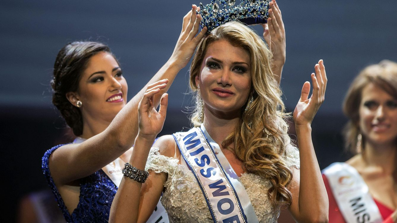 Foto: Mireia Lalaguna recibe la corona de Miss World Spain (EFE)