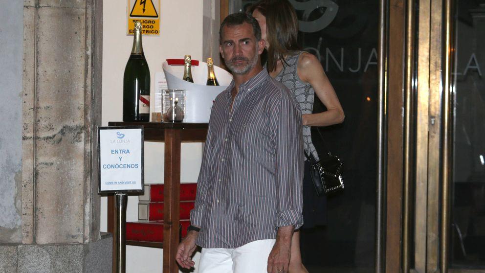 Las imágenes de Felipe VI y Letizia de cena por Madrid