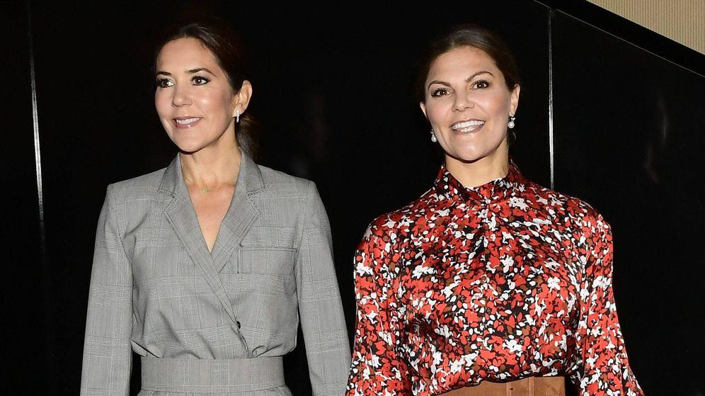 Foto: Mary de Dinamarca y Victoria de Suecia, este martes en Copenhague. (Cordon Press)
