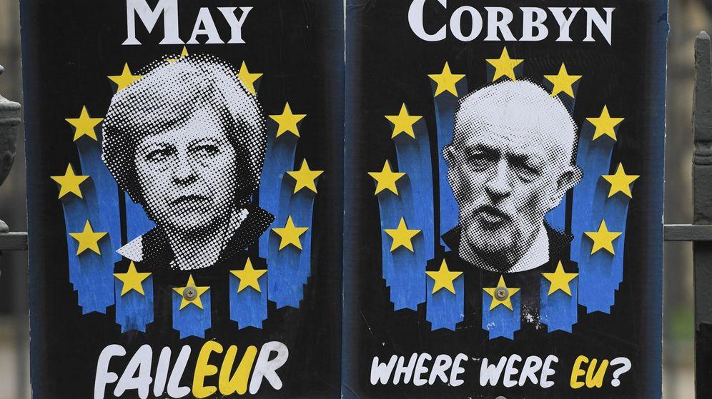 Foto: Dos carteles con la imagen de la primera ministra británica, Theresa May, y del líder del Partido Laborista, Jeremy Corbyn. (EFE)