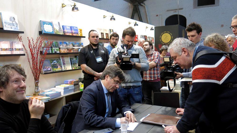 Foto: Puigdemont, en la Feria del Libro de Bruselas. (EFE)