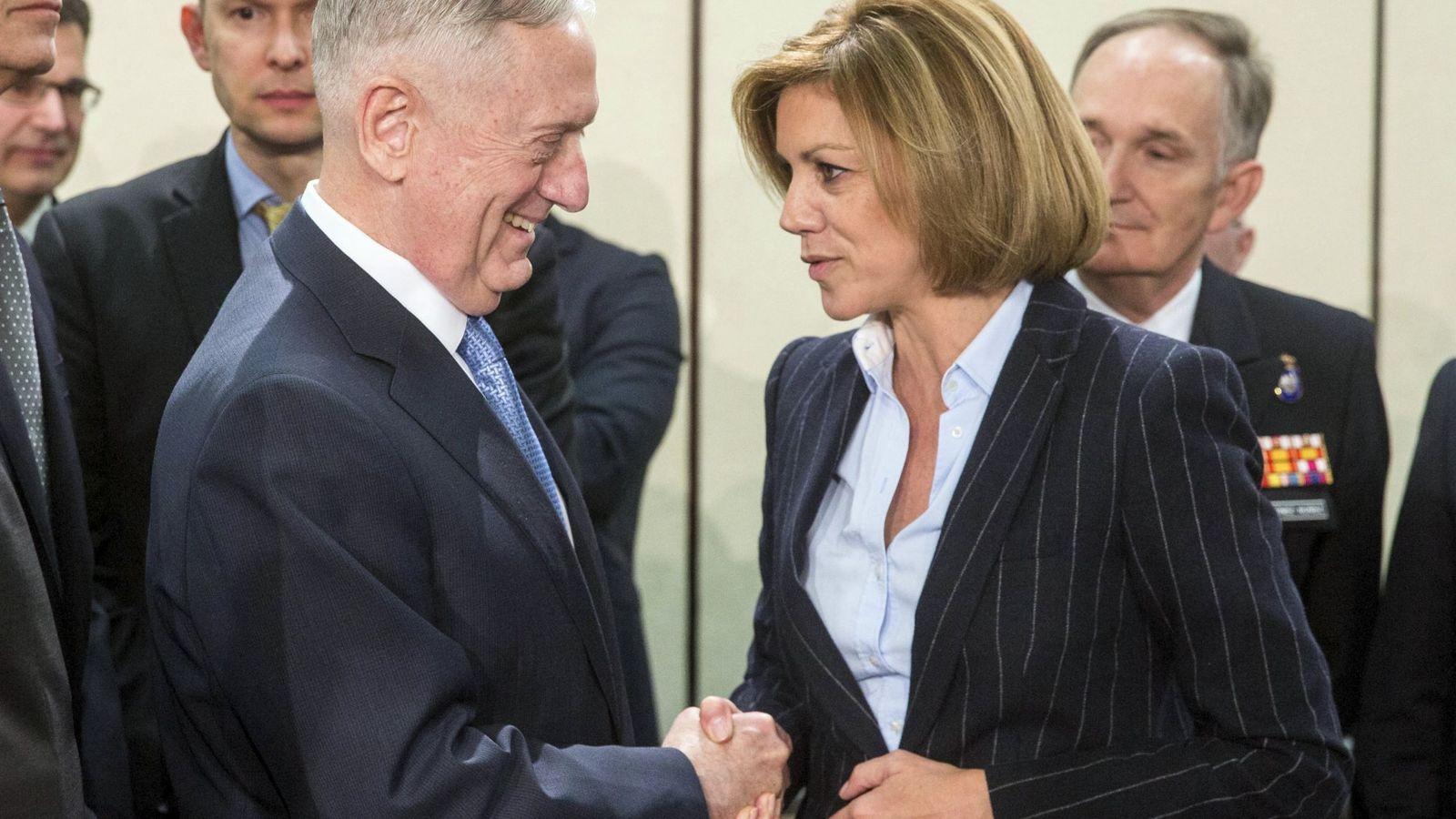 Foto: La ministra española de Defensa, Maria Dolores de Cospedal, conversa con el secretario de Defensa estadounidense, James Mattis. (EFE)