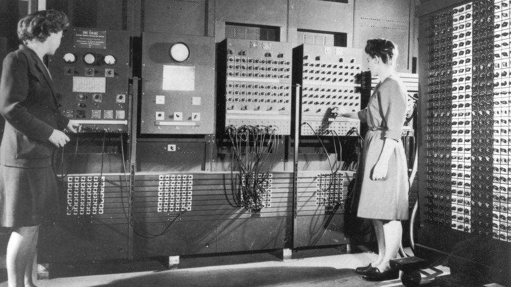 Foto: Betty Jennings y Frances Bilas, dos de las primeras programadoras del ENIAC (Wikimedia Commons)