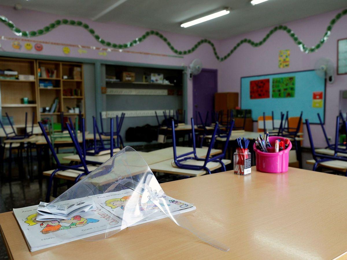 Foto: Una máscara facial reposa en la mesa de una clase de Infantil del CEIP Jaume I de Catarroja. (EFE)