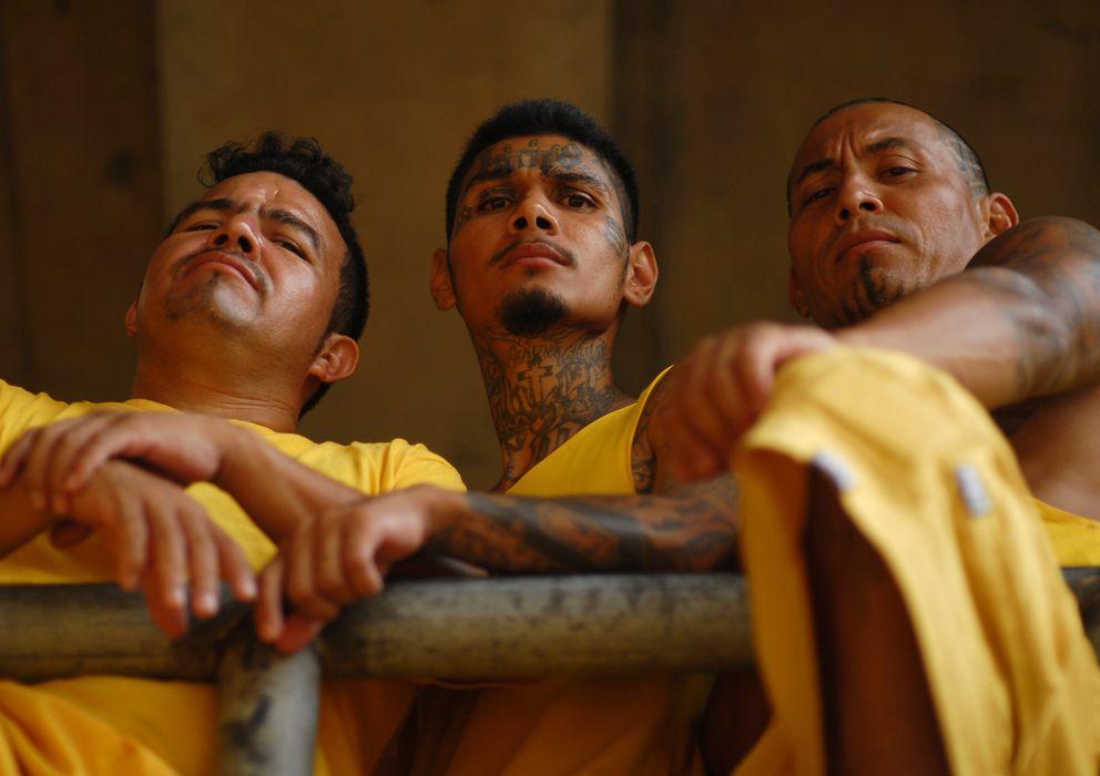 Foto: Miembros de la banda Mara 18 que cumplen condena en una cárcel en Izalco, El Salvador (Reuters).