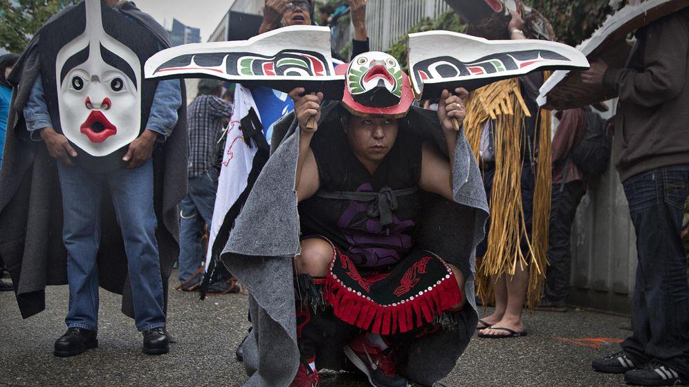 Foto: Un indígena canadiense durante una marcha en Vancouver (Reuters).
