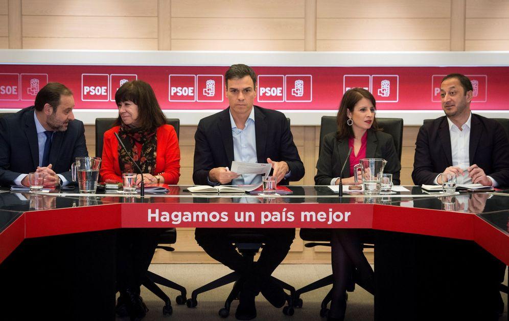 Foto: Sánchez, en la reunión de la permanente del PSOE, con Cristina Narbona, Adriana Lastra, José Luis Ábalos y Alfonso R. Gómez de Celis, este 11 de abril. (EFE)