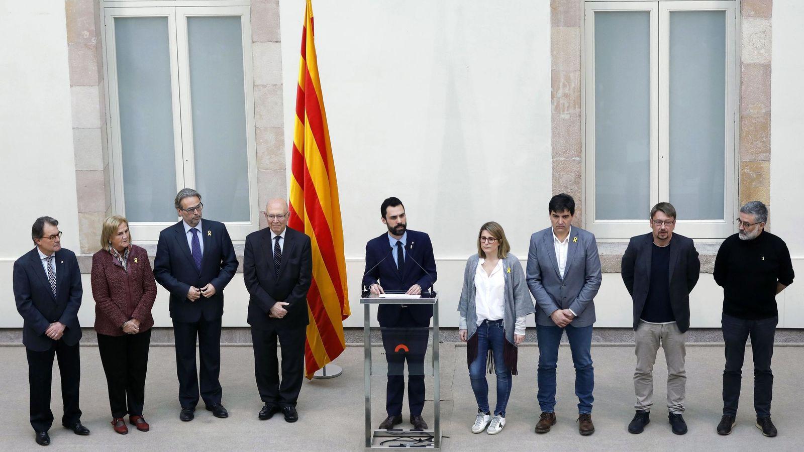 Foto: Torrent procede a leer la declaración institucional tras el pleno del Parlament. (EFE)