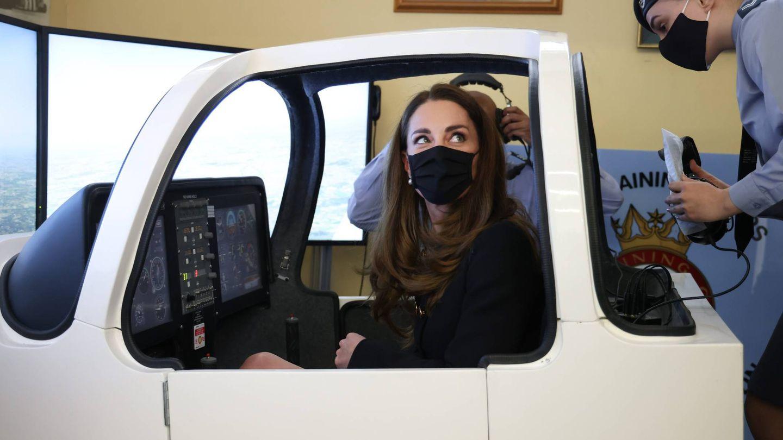 Kate Middleton, en el simulador de vuelo. (Cordon Press)