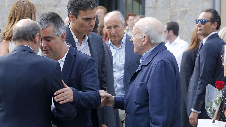 Pedro Sánchez y Xabier Arzalluz se saludan en 2015, en San Sebastián, durante el entierro del histórico socialista Txiki Benegas. (EFE)