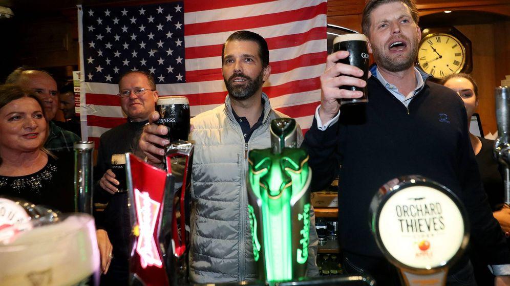Foto: Los hijos de Trump, cerveza en mano. (Cordon Press)