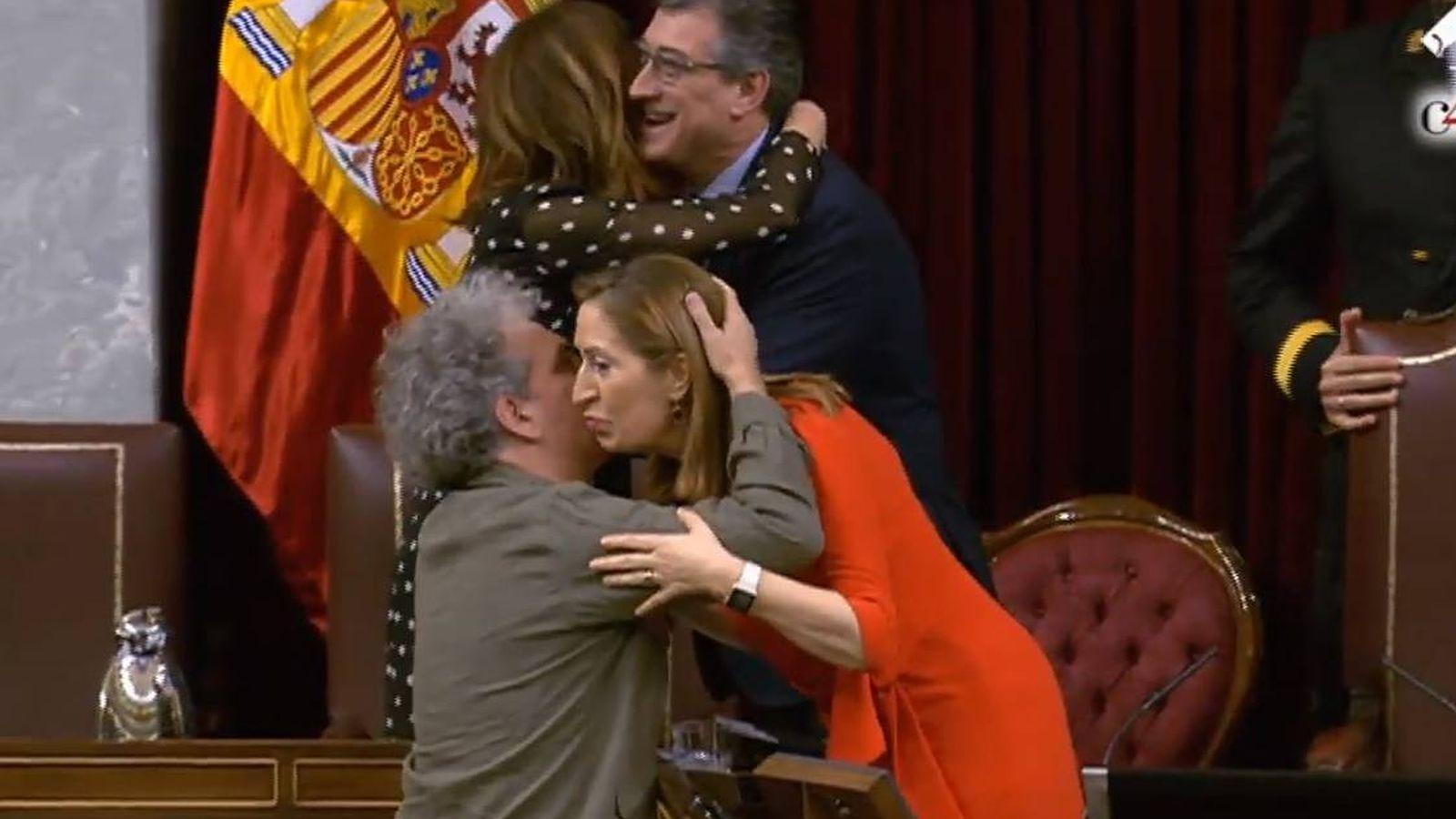 Foto: La presidenta del Congreso, Ana Pastor, se despide de Marcelo Expósito (Unidos Podemos). Detrás, Alicia Sánchez Camacho (PP) y Nacho Prendes (Cs).