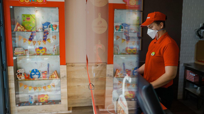 Personal de Telepizza, en el interior de una de las tiendas. (EFE)