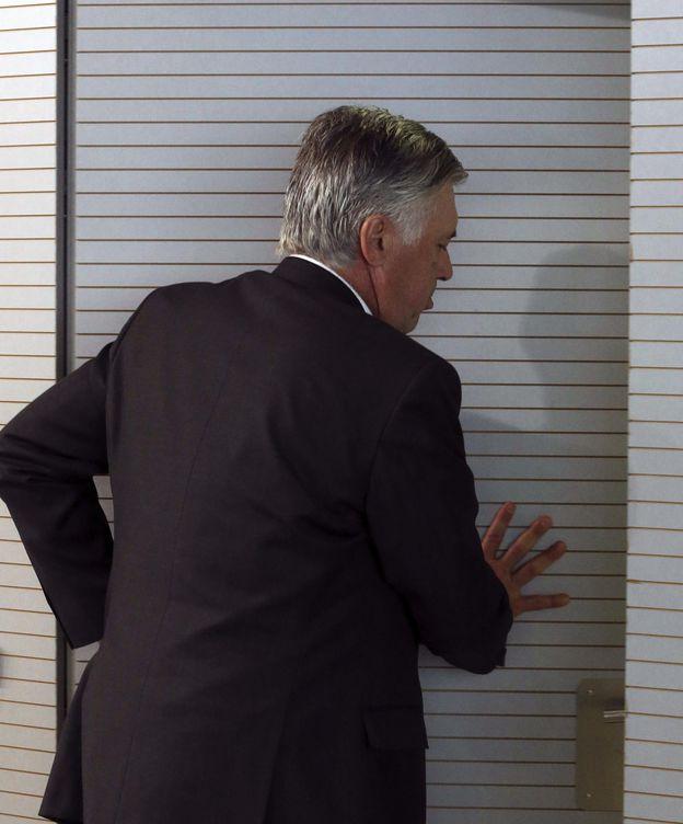 Foto: Ancelotti abandona la sala de prensa de Valdebebas (Efe)