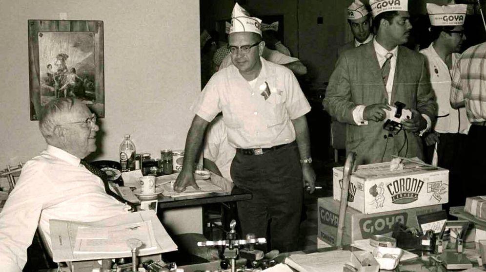 Foto: Prudencio Unanue, sentado, durante una fiesta de Goya en la década de los sesenta. (Goya Foods)