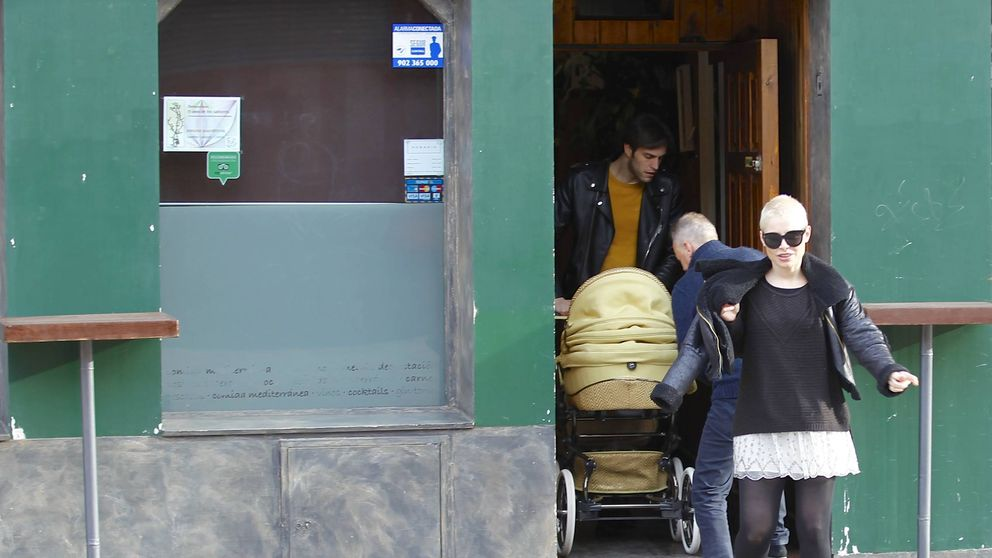 Soraya y Miguel Herrera pasean con su hija tras la polémica de la 'mala madre'