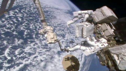 Dos astronautas pasean por el espacio en una difícil misión