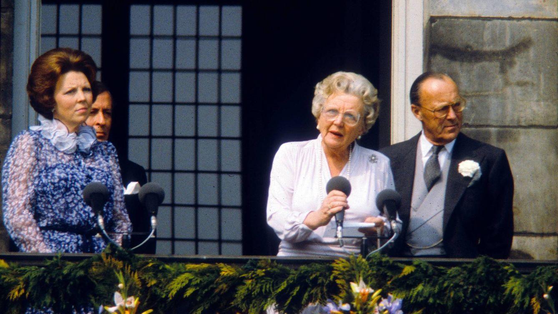 Foto: La reina Juliana junto a su marido y su primogénita
