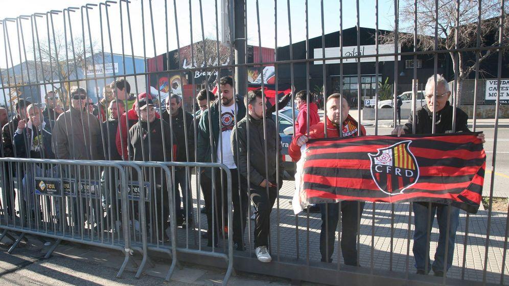 Foto: Manifestación de socios y trabajadores del Reus. (EFE)