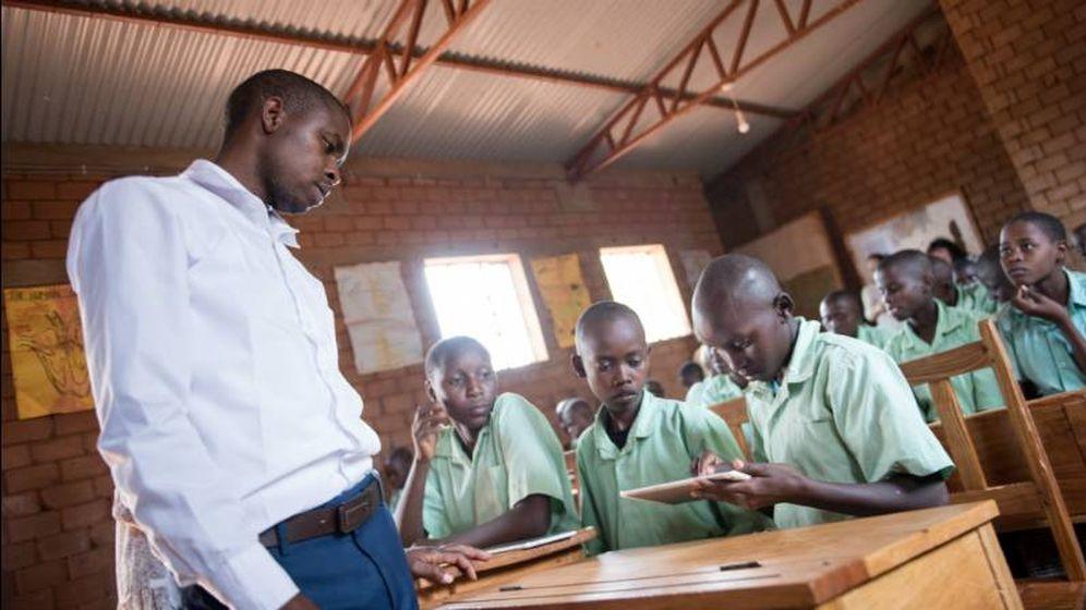 Foto: El profesor John Kioko da clase con las tablets de Profuturo en la escuela primaria de Nyumbani Village. (Foto: Ramón Sánchez Orense)