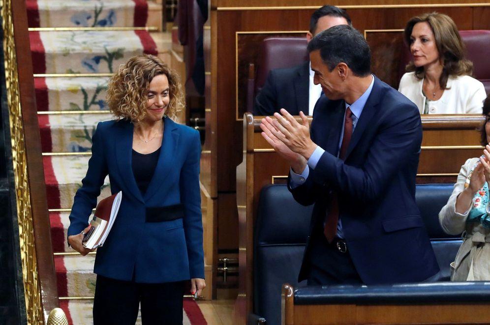 Foto: Pedro Sánchez aplaude a Meritxell Batet tras ser elegida presidenta del Congreso el pasado 21 de mayo. (EFE)