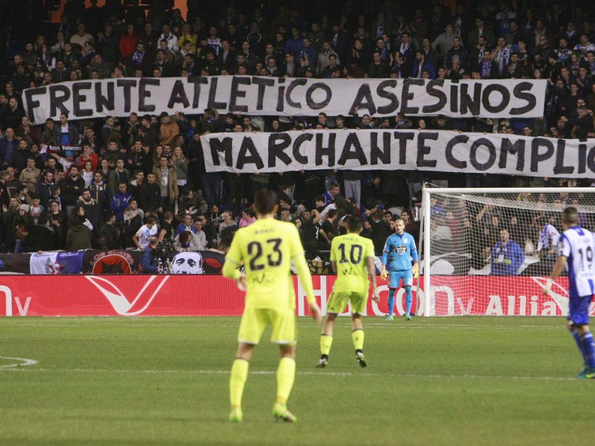 Foto: Aficionados del Deportivo de La Coruña muestran una pancarta de apoyo al hicha del Depor Francisco Javier Romero 'Jimmy. (EFE)