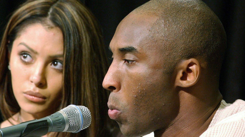 Kobe Bryant y a su esposa, Vanessa, en una conferencia de prensa el 18 de julio de 2003. (EFE)